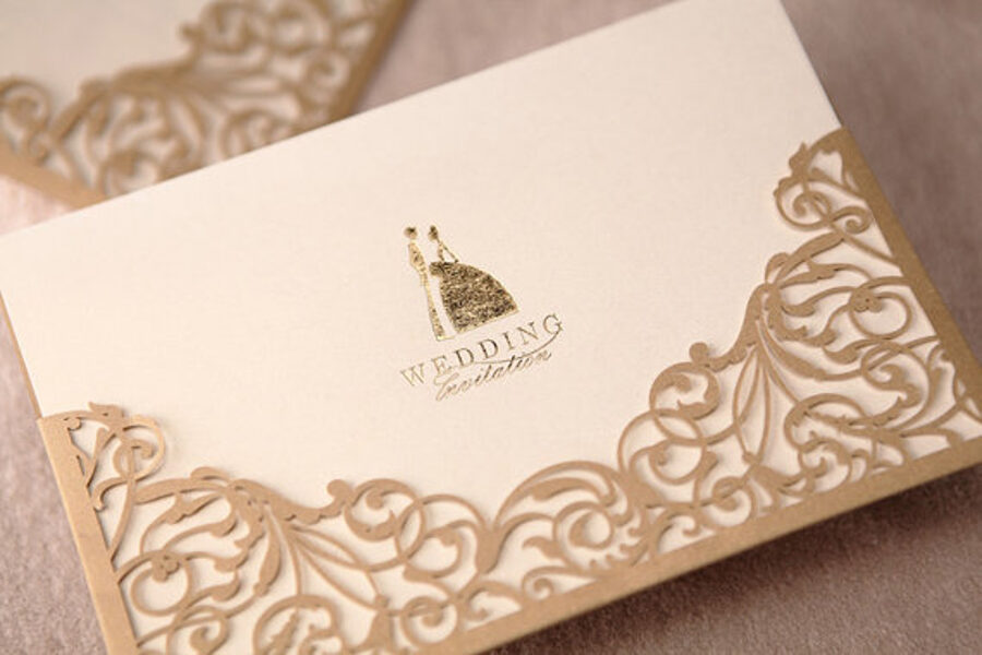 """Kāzu ielūgums. Kartiņa ar zelta apdruku """"Wedding invitation"""" + zelta ažūra vāks + balta aploksne ar uzlimi Invitation."""