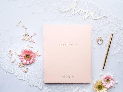"""Viesu grāmata gaiši rozā ar zelta uzrakstu """"Guest Book"""""""