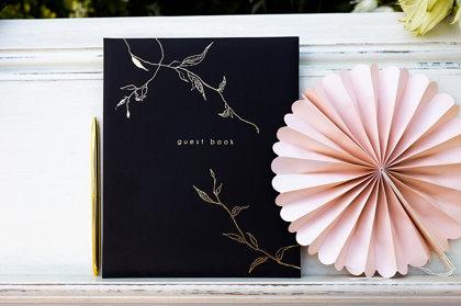 """Viesu grāmata melnā krāsā ar zelta printu un uzrakstu """"Guest Book"""""""