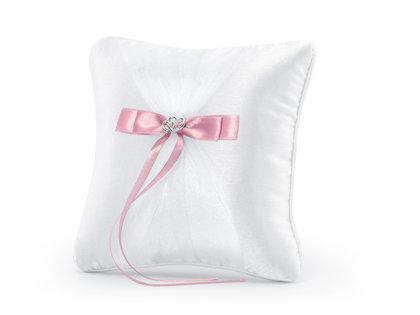 Spilventiņš kāzu gredzeniem baltā krāsā ar rozā lentīti un sudraba sirsniņām.