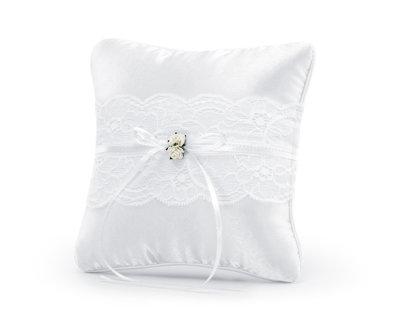 Spilventiņš kāzu gredzeniem baltā krāsā ar baltu lentīti un puķītēm.